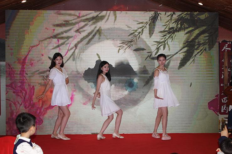 外贸部三位美女为大家献上舞蹈《落花情》