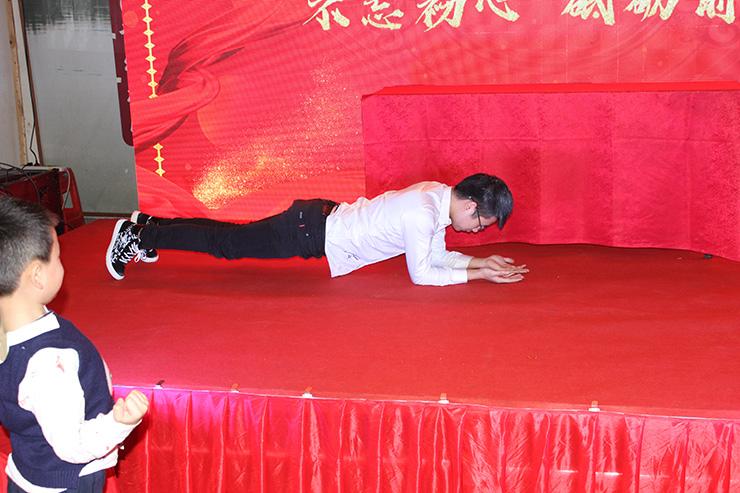综合部阳东挑战平板支撑5分钟
